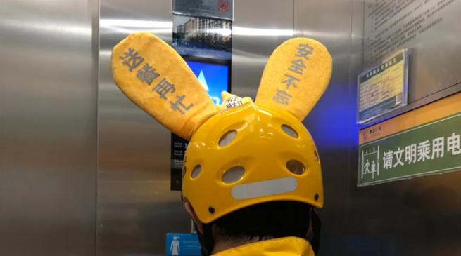 袋鼠耳朵、竹蜻蜓,外卖小哥的头盔为啥都这么萌?